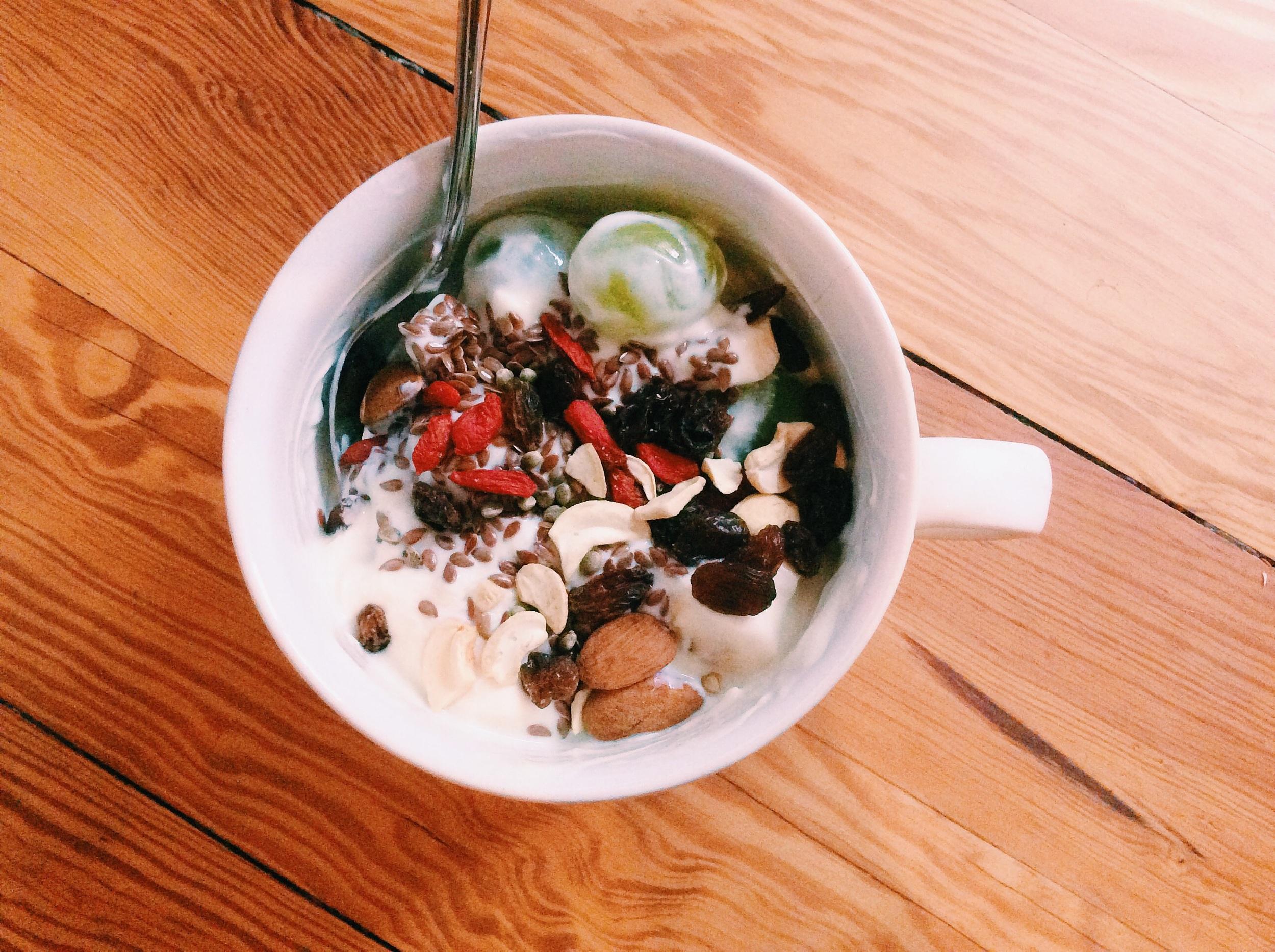 まゆが作ってくれた朝ごはんは、ココナッツヨーグルト!