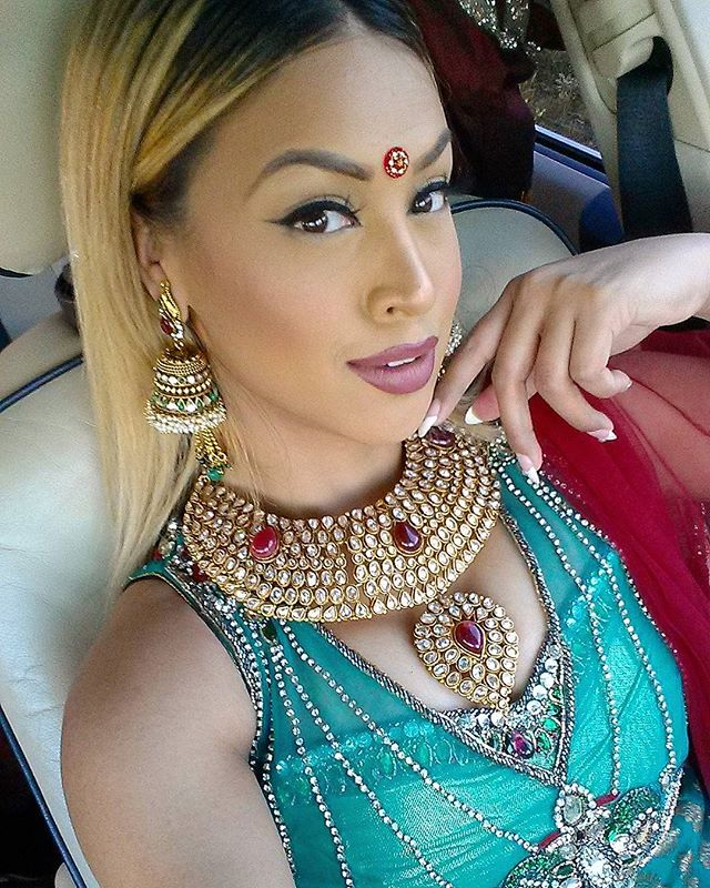 Embrace your inner desi girl style... Good morning, rise and shine! Be the hustler, the well-wisher and the go-getter! ⛅🌞👑 #donotenvy #nojudgement #nojealousy #insecuritykills #hustle #wellwishers #gogetter #happytuesday #mua #blondehair #kovvurilashes #smokeyeyes #anastasiabrows #vogueindia #strighthair #volumelashes #glamorous #bronze #embrace #desi #attire #traditional #fashion #indianjewelry #lengha #southasian #desibarbie #bangali #bangladeshi #bindi