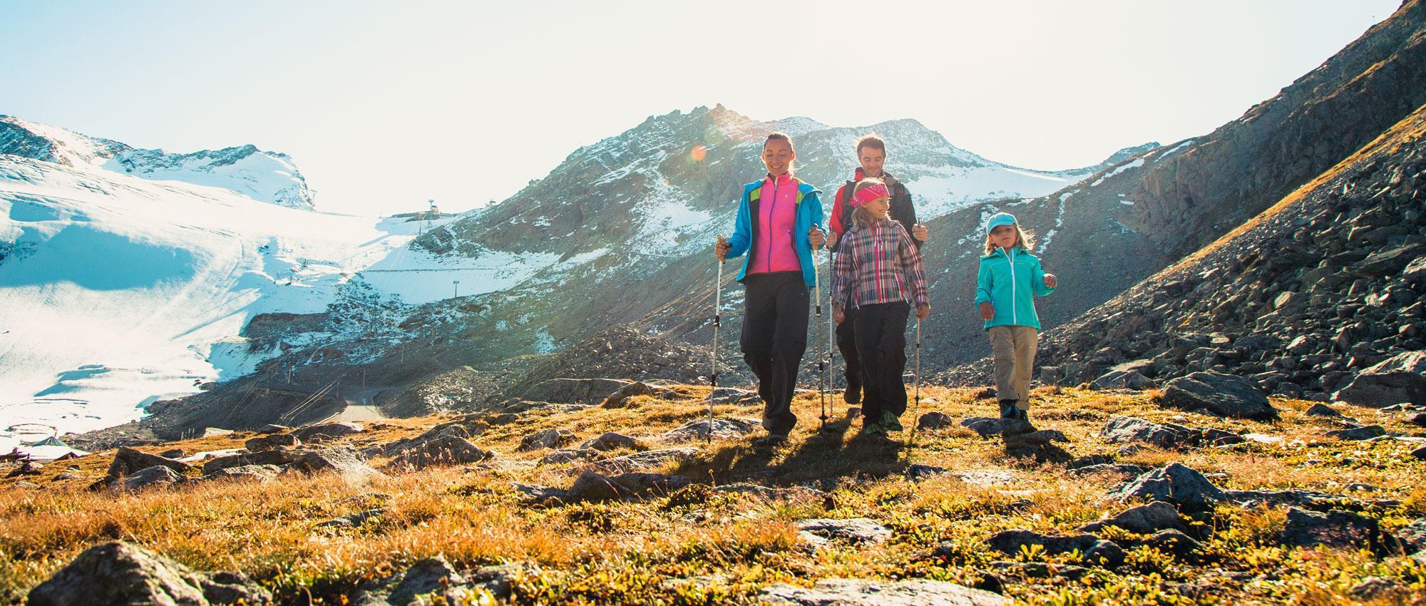 Familie Wandern vor Gletscher.jpg