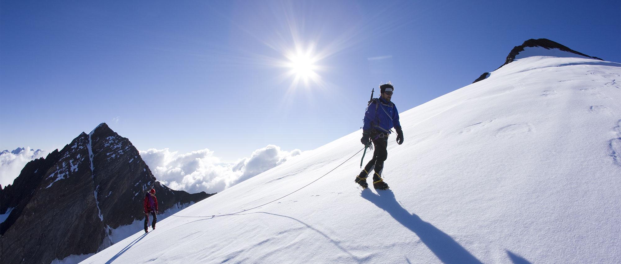Zwei Bergsteiger auf Firnflanke.jpg