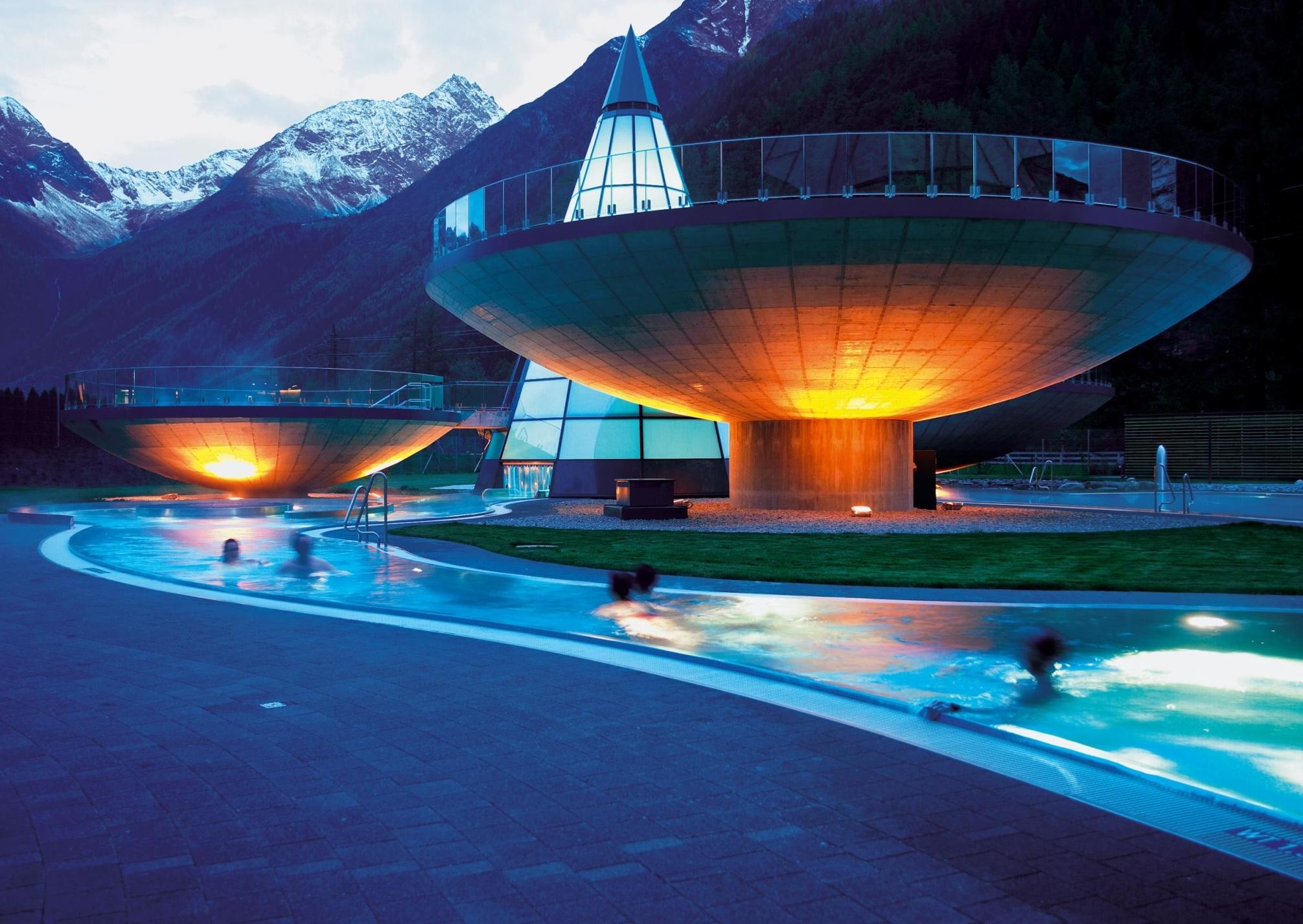 Aqua Dome_Aussenbecken am Abend.jpg