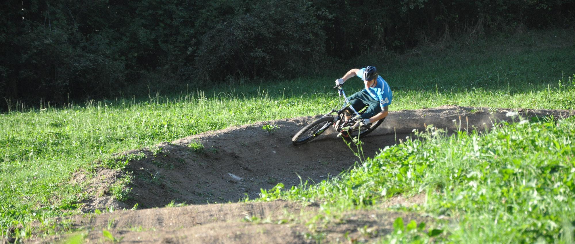 Biker downhill im Übungstrail.jpg