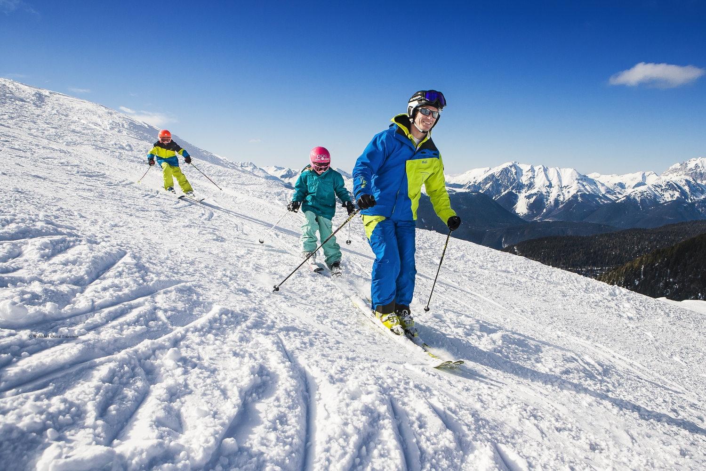 Kinder mit Skilehrer Hochoetz.jpg
