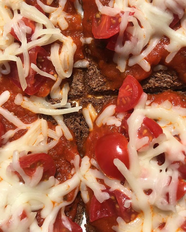 🍕🤤🍕🤤🍕|| these GG pizzas only require a couple minutes + a couple ingredients! 👉 GG crackers, marinara sauce, grape tomatoes🍅 + mozzarella 🧀 #emptyfridgenoproblem #notimenoproblem