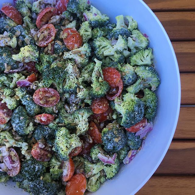 Looking for a healthy remix to bring to a summer BBQ? This raw broccoli salad is a guaranteed hit! 🥦🥦 It stays crisp + crunchy, is loaded with veggies, protein and healthy fats, and tastes + looks delicious 😋 _____ What's your go-to healthy summer dish?