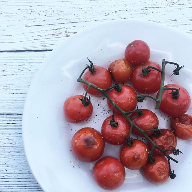 tomato season! 🍅🍅🍅 looking to ⬆️ your antioxidant intake? try roasting your tomatoes. When heated, the lycopene found in tomatoes is more easily absorbed by your body. What's lycopene? A powerful antioxidant that gives tomatoes their red pigment and has been shown to benefit your heart ❤️❤️❤️