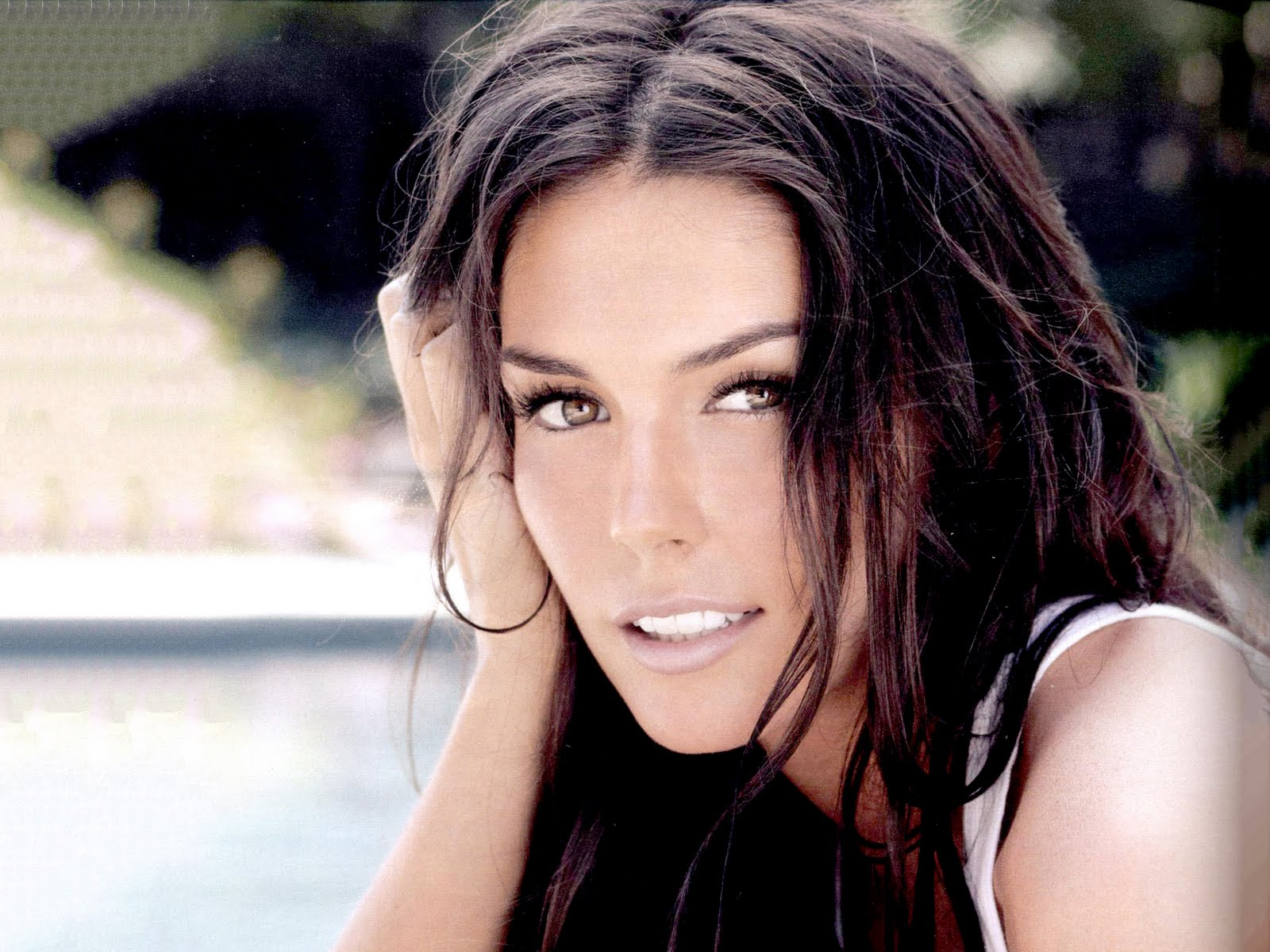 Taylor Cole plays Mina (with blond hair)