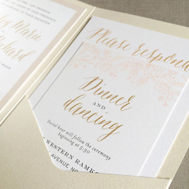 If organization is your thing, I've got just the pocket folder for that! 💁🏻‍♀️💌 Pockets offer a beautiful presentation to your guests if you plan to include multiple cards in your wedding suite. They come in nearly 100 colors and you can further customize your look by closing them up with a ribbon, paper wrap or wax seal! #options #custominvitations