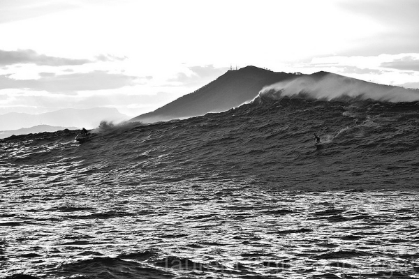 Belharra wave with famous peak La Rhune in the background. (by Laurent Taque)