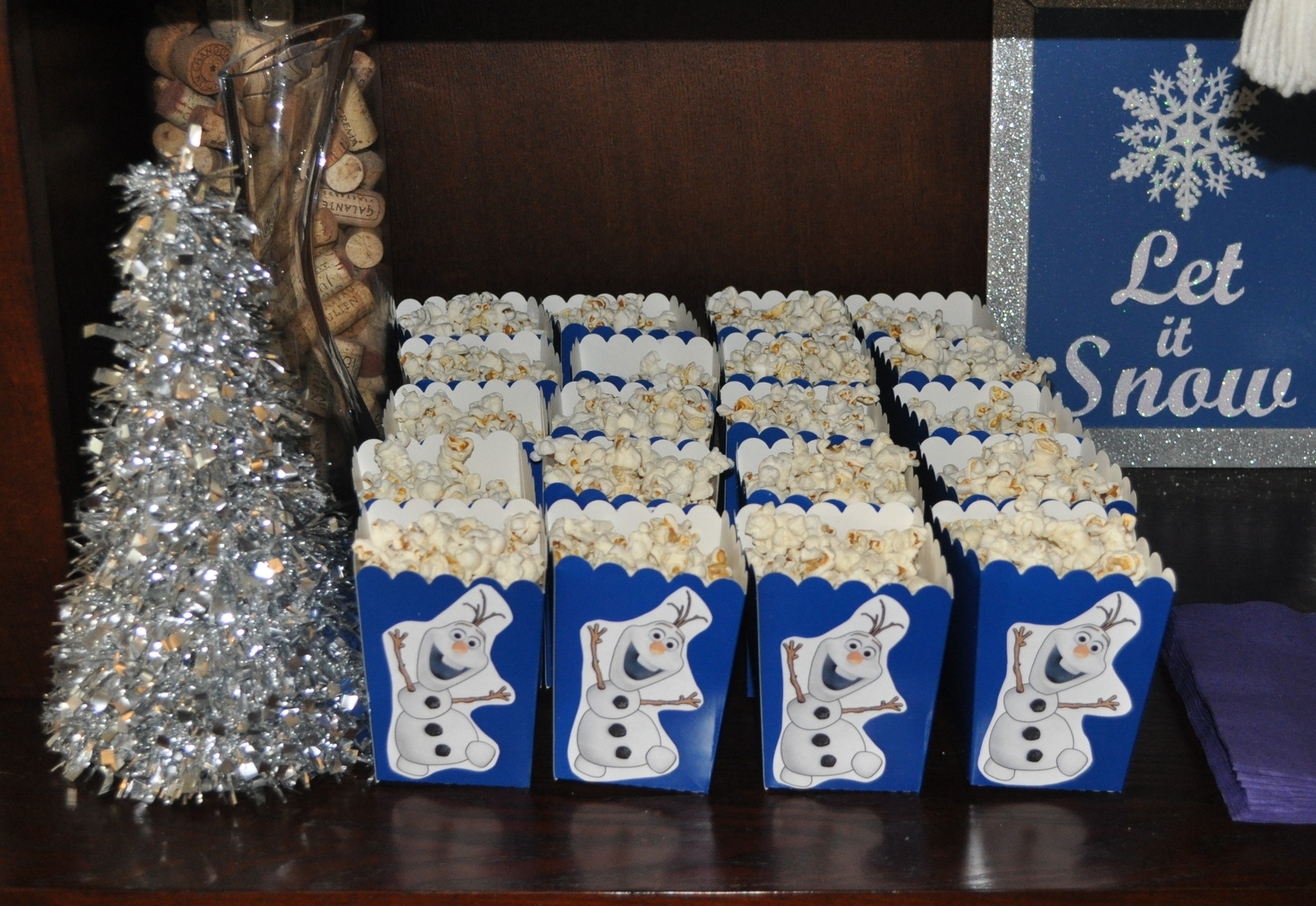 I printed out pictures of Olaf and glued them to blue boxes filled with popcorn, perfect parting snack!