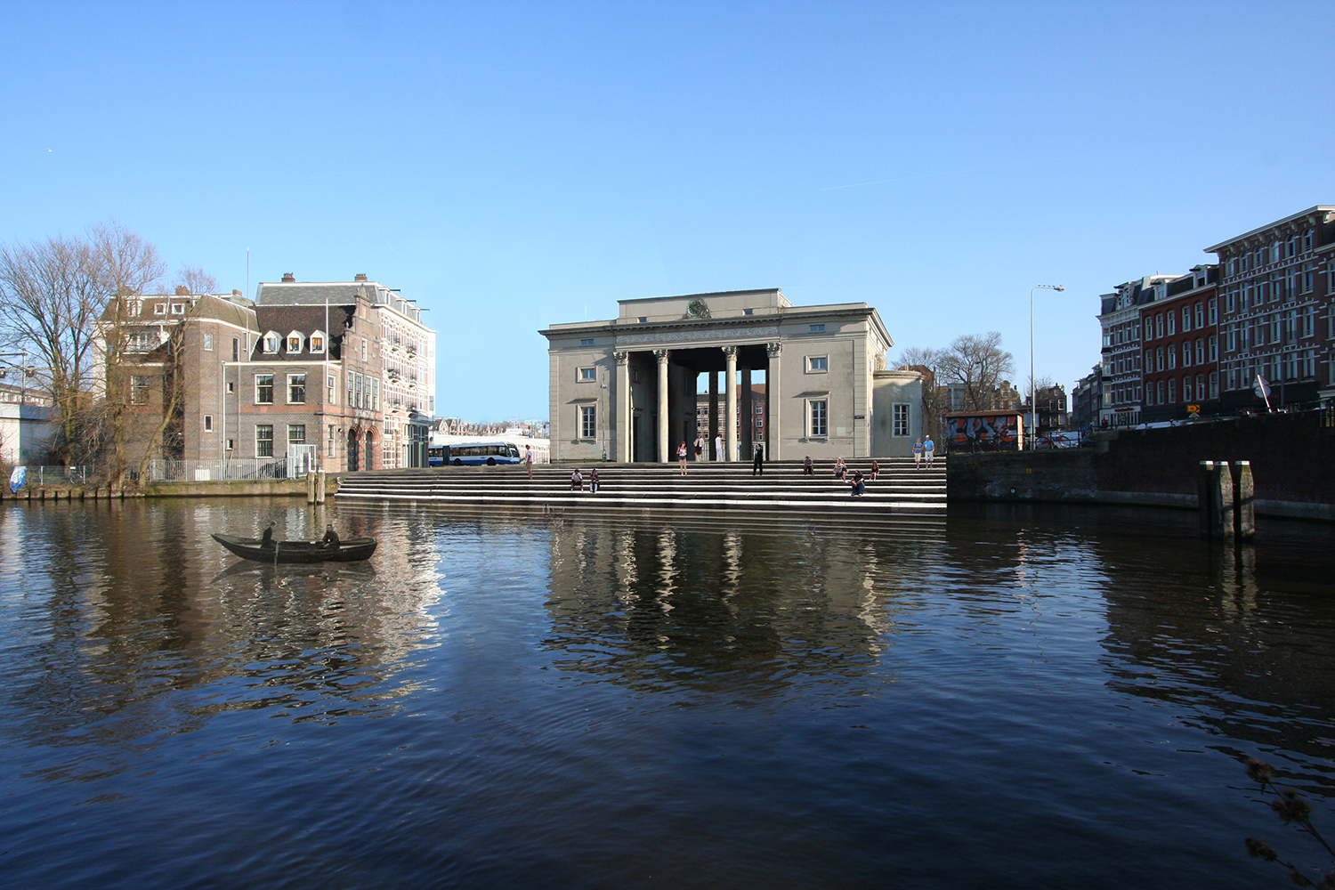 The Haarlemmerpoort is het starting point of the Trekvaart and will be demarkated as such by introducing large stairs towards the water at the backside of the building.