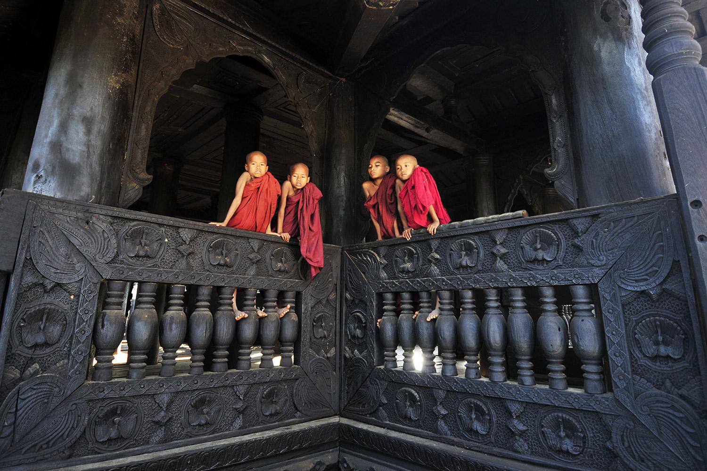 Peregrine-Adventures-myanmar_mandalay_temple-young-monks.jpg