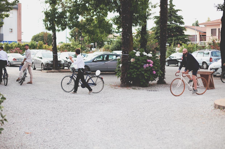 Gli sposi arrivano in bicicletta