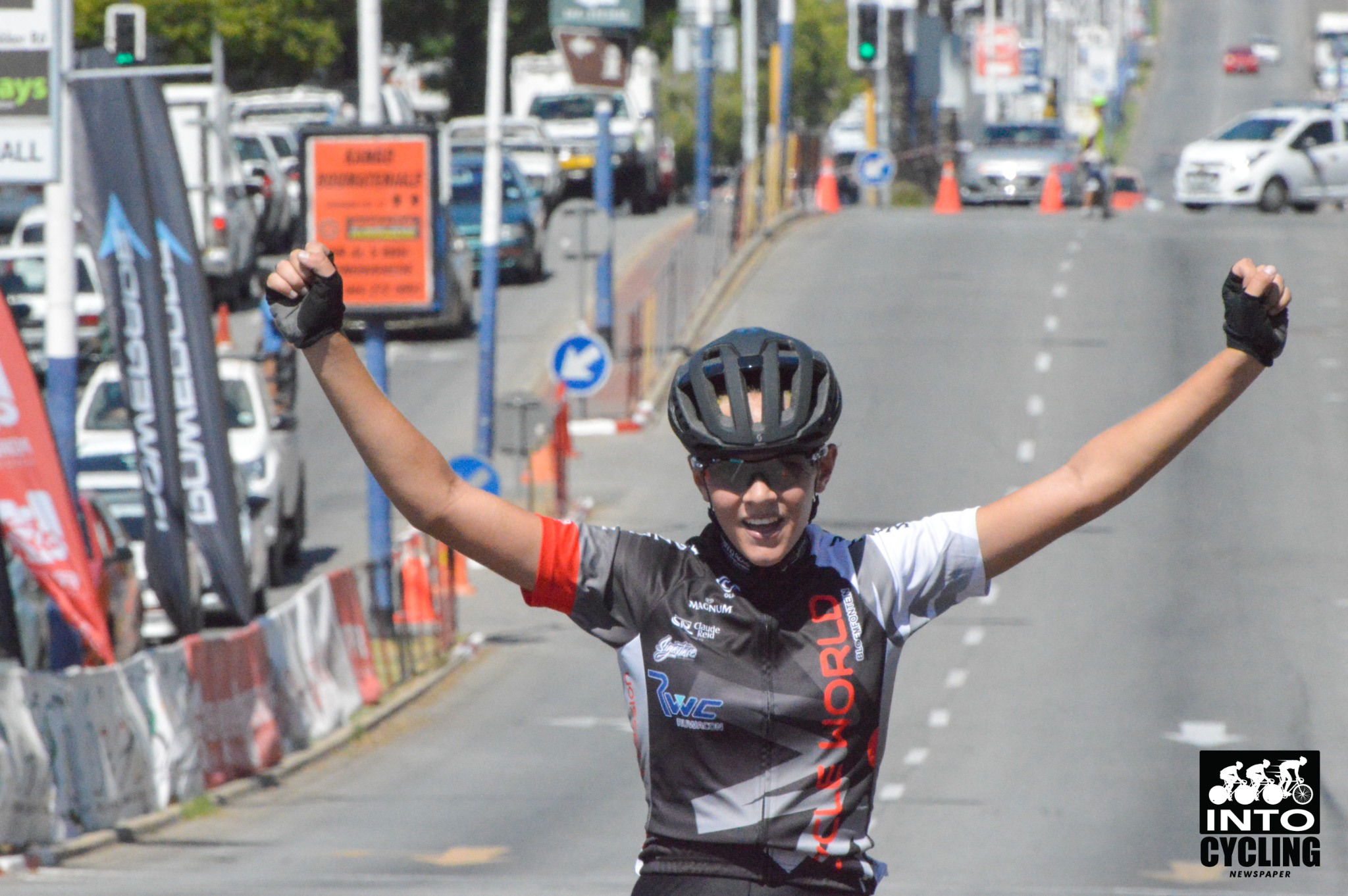 U17 Girls race winner Chante Olivier celebrates over the finish line at the 2018 SA National Road and Para-cycling Championships, which took place in the streets of Oudtshoorn from 6-11 February. 📷 www.intocycling.co.za