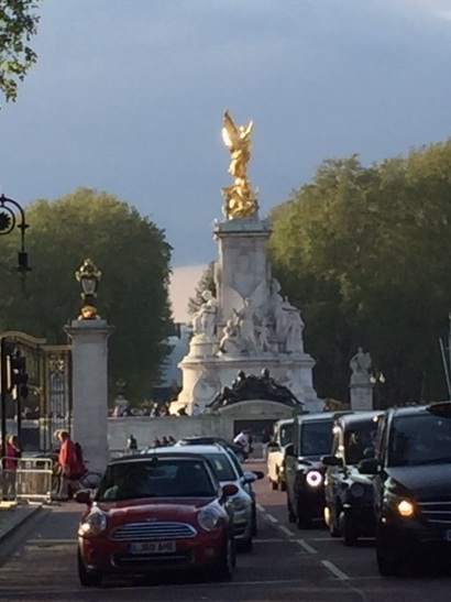 Traffic outside Buckingham Palace