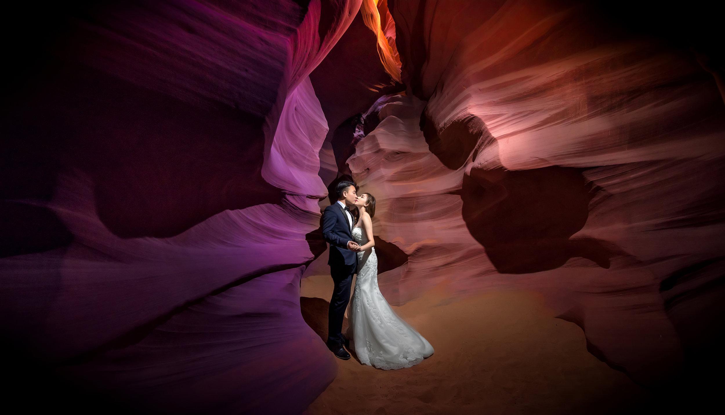- 美國羚羊峽谷,一個我非常憧憬的地方。內裡岩石經日光照射而表現出不同的色彩。在2017年有月終有幸踏進這夢幻之地,除了為客人記錄了影像回憶之外,它的美也深深住進我的腦海裡。
