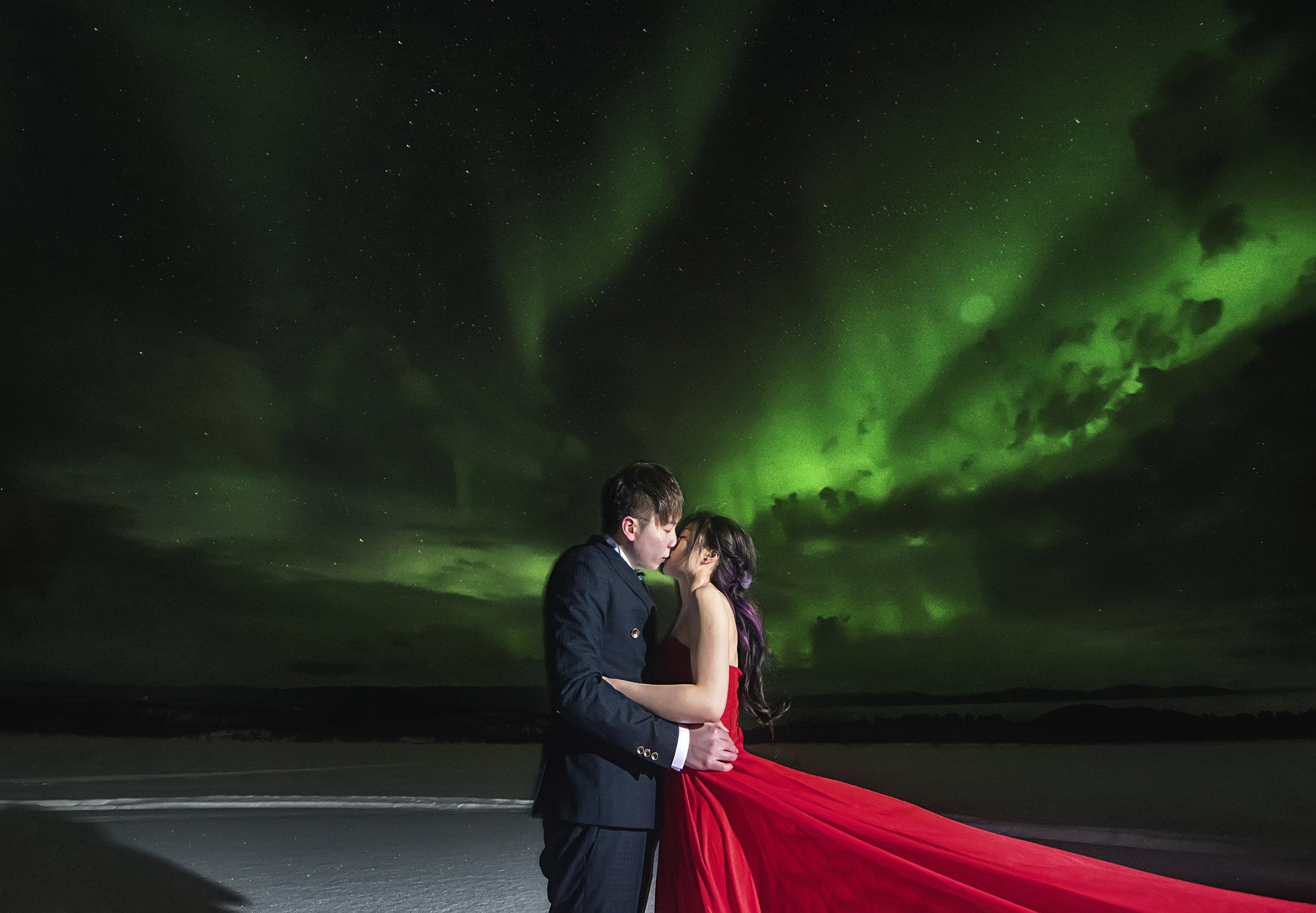 - 冰島-人類的終極孤獨澳門首隊婚紗拍攝團隊勇闖地球上最像外星的地方-冰島,聯同數位勇於探險的客人,橫跨冰島東西;走過冰雪大地、闖進風雪區域、晉見Aurora 女神極光,完成了全程千多公里的拍攝旅程。
