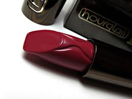 Raquel Greer Gordian discusses how the Hourglass Femme Rouge Velvet Creme Lipstick provides moisture during the cold winter months.