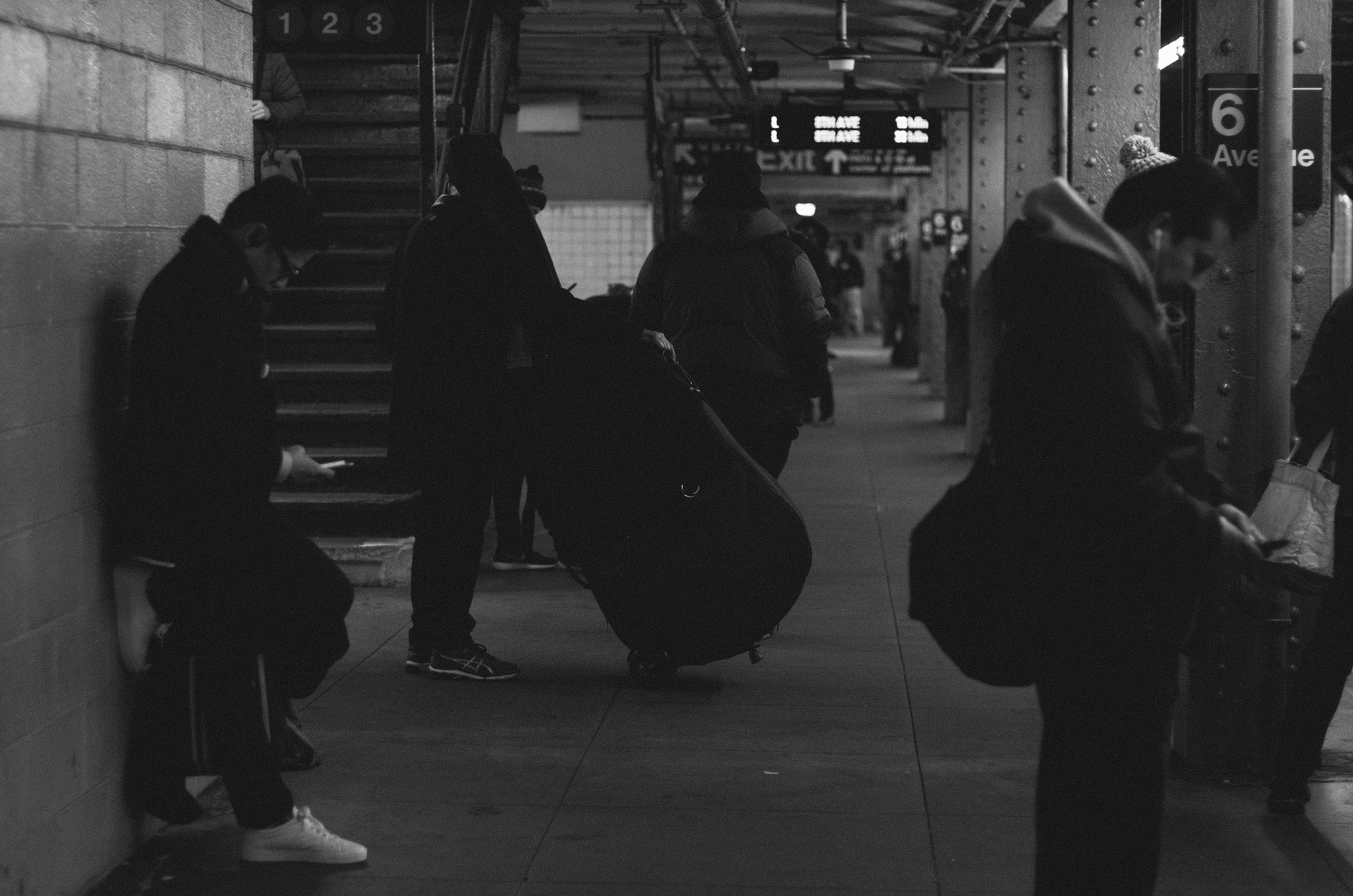 1/6    Quick snaps of the usual: waiting for the train home.