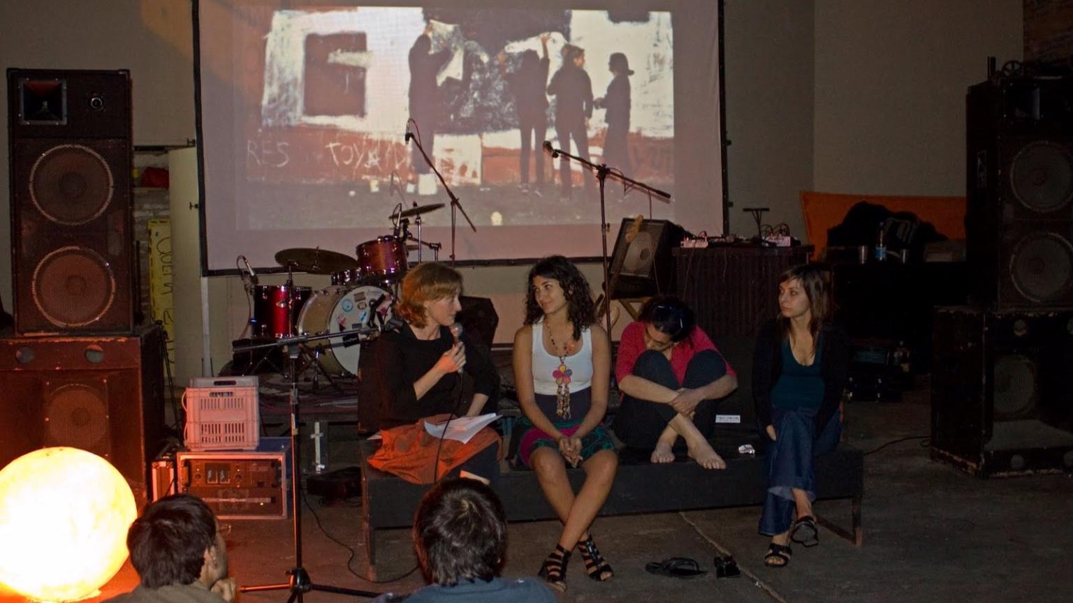Presentación en el galpón de La Grieta, La Plata. 4 de diciembre de 2009 (from https://grupodeartecallejero.wordpress.com)