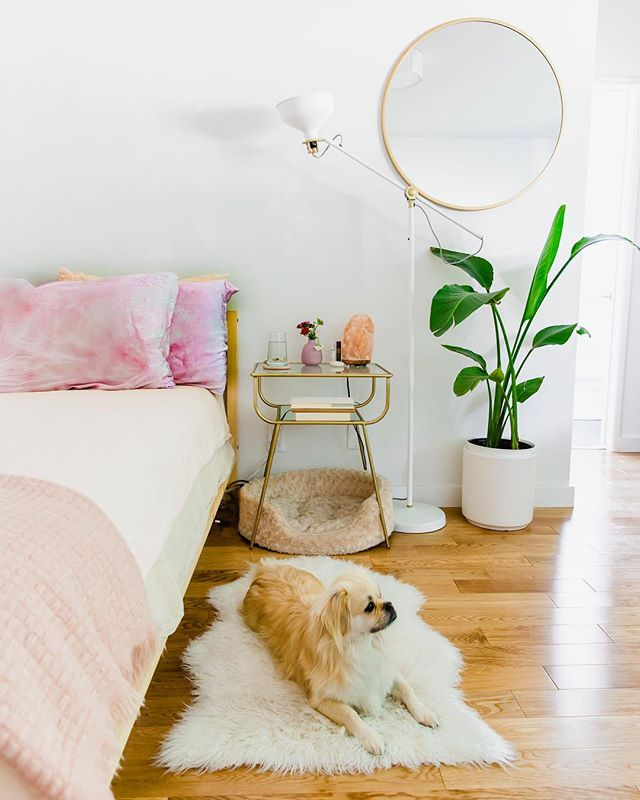 Pretty sure my apartment only looks this clean when I have guests over and the other 90% of the time is a cooking/cleaning tornado where I find hidden sesame seeds all over my bed sheets and clinging to my yoga mat (don't ask me how they got there 🤣) 🙈 ~ I live in a small space so pretty much everything in here has to have a purpose or meaning behind it or sadly it's got to go. A few years ago a friend told me how silk pillowcases can actually help your skin and hair lock in moisture and prevent those side eye wrinkles you get when sleeping on your side…this blew my mind 😱(and honestly freaked me the hell out 😧). ~ But now that I'm almost 30 I'm taking it very seriously lol I recently swapped out my old pillowcases for these absolutely stunning ones by @upstate___ . They're so beautiful, silky smooth, and each set is hand dyed in NY 🙌🏻 I adore @upstate___ for the exceptional quality and beautiful textiles they create. And I can't tell you how good it feels to rest your head on a silk pillowcase after a long day - feels like a real treat 😍 ~ You guys should absolutely check them out - such a talented company! I've linked their website in my bio for easy access too ☺️