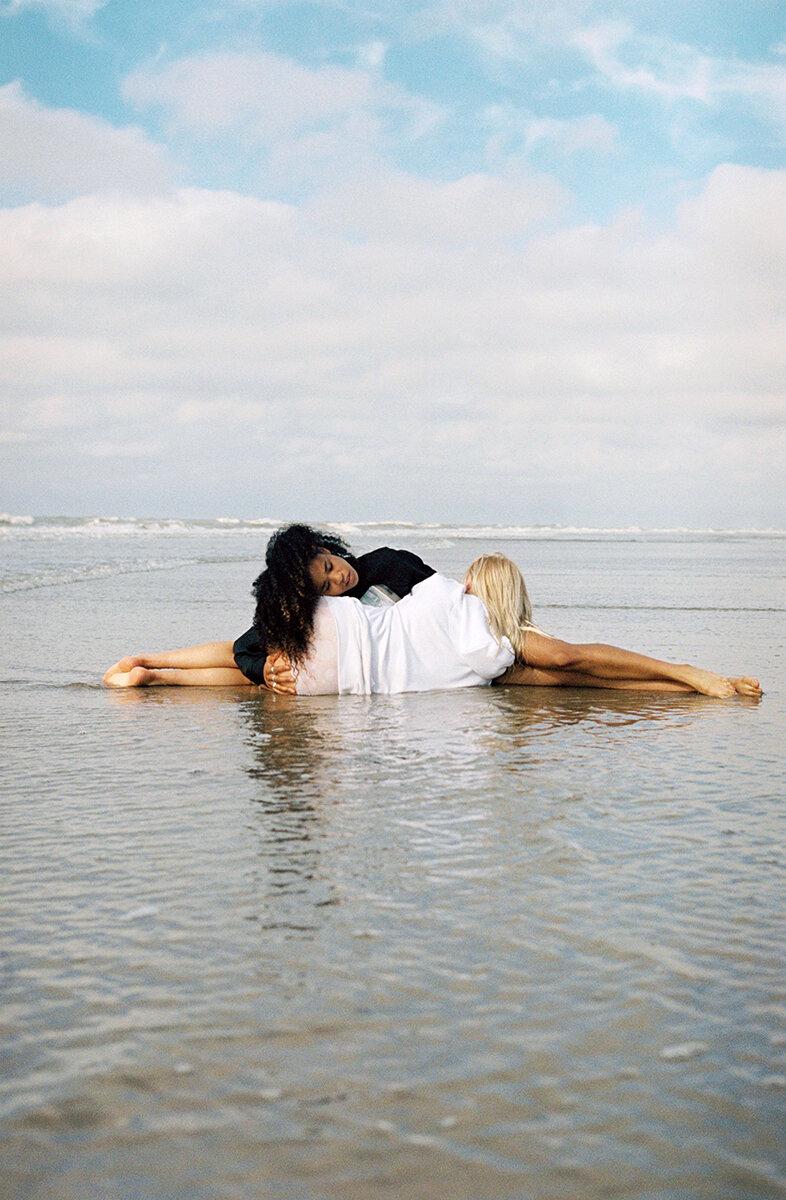 8_06_yinyang_girls_beach_annebarlinckhoff.JPG