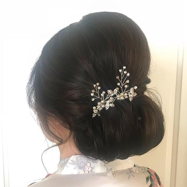 A voluminous chignon paired with a glint if sparkle is a dramatic way to take on the aisle. Kenra 6 texture spray helped build a firm base, while Kenra spray wax allowed pliable styling. As always, it was topped off with #kenra25 #kenraprofessional #kenra #kenrastylist #behindthechair #bayareabride #eastbaybride #chignon #bhldn #brunettebride