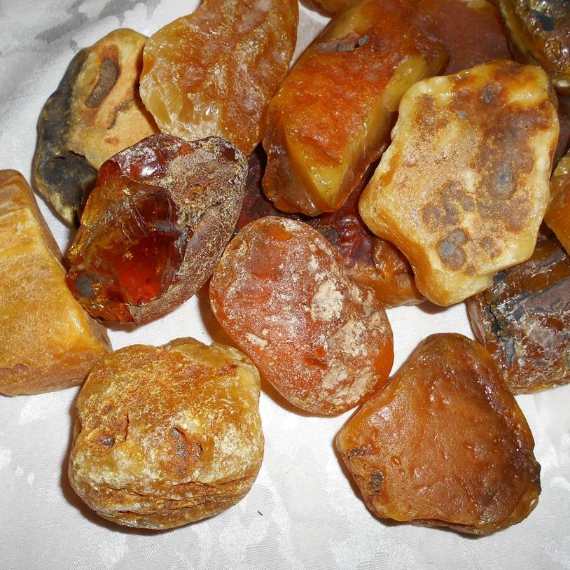 """Rav   Rav er fossil, herdet kvae fra furutrær som vokste særlig i østersjø-området der det nå er havbunn. Rav kan inneholde både insekter og plantedeler, og det er funnet stykker på over ti kilo. Rav kan antennes med flamme, derav Bernstein (tysk, avledet av """"bernen"""" eller """"börnen"""" =brenne). Rav ble brukt til smykker allerede i forhistorisk tid, men også til røkelse, kultgjenstander og mot ulike sykdommer.Den er også blitt kalt Nordens gull, og er blant en av de eldste smykkestener man kjenner."""