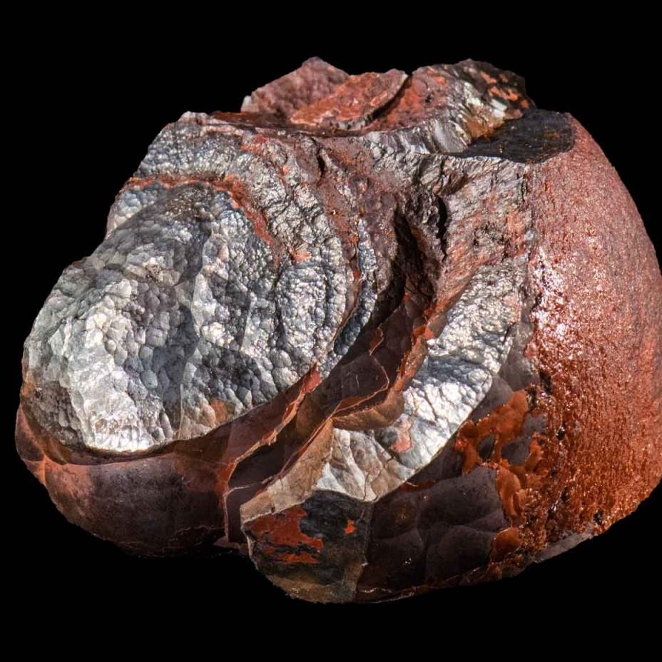 Hematitt   Hematitt,blodstein eller jernglans, har fått navnet sitt etter det høye inneholdet av jernoksid, og er den viktigste jernmalmen med 70 % jern. I slipt form får den en speilblank dyp sort eller mørkegråoverflate, og er ofte brukt bl.a. i kulekjeder. Er å finne i store deler av Europa, New Zeeland, USA og Brasil. Også i Norge.I eldre tider ble hematitt brukt som amulett mot blødninger og i sørgesmykker.
