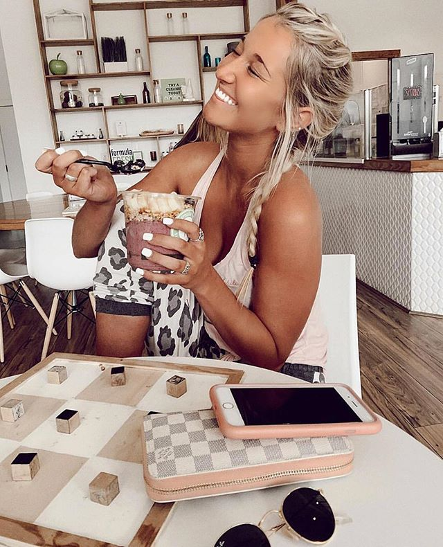 Yeah @alexaovington , our bowls make us feel like this too! ✨🌱 . . . . #formulafresh #foodisfuel #fresh #freshisbest #acaibowl #smoothies #avocadotoast #coffee #natural #happiness #pure #healthy #lifestyle