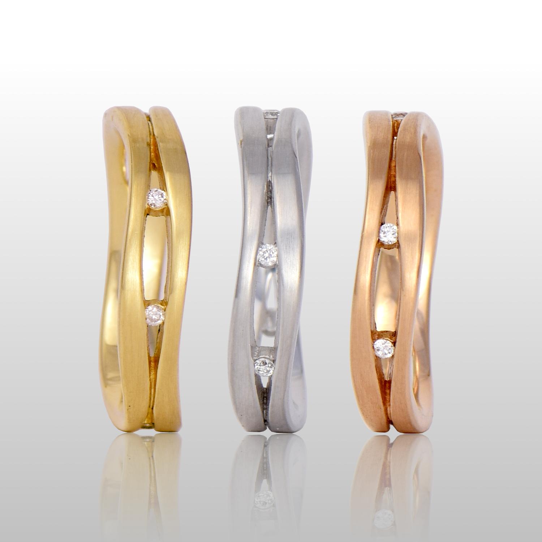 18k gold tri-color ring set with 6 diamonds 'Lamello' by Pratima Design Fine Art Jewelry