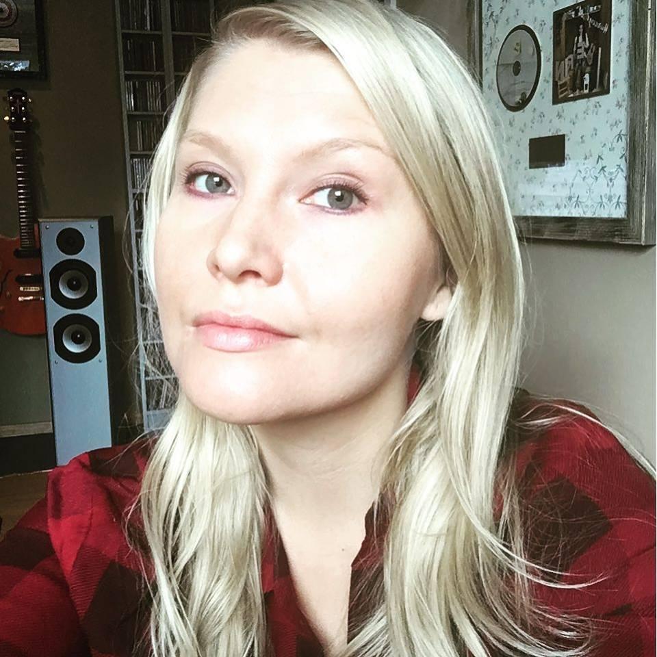 SUVI VAINIO-WIRMAN  Lyrics   Suvi Vainio-Wirmanin  kynästä irtoaa monitasoisia ja tarttuvia tekstejä, joita ovat levyttäneet tähtiartistit, kuten  Laura Voutilainen  ja  Johanna Kurkela . Suvin menestyksiin kuuluvat  Tippa-T:n  hitti  Ei tippa tapa,   Laura Voutilaisen  platinaa ja tuplaplatinaa striimanneet singlet  Miks ei  ja  Mä en kestä  sekä  Jari Sillanpään   Mä elän taas .