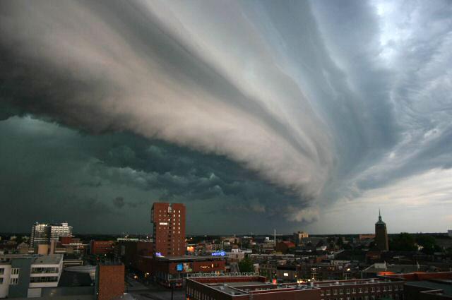Thunderstorm in the Netherlands  ( Wikipedia | John Kerstholt )
