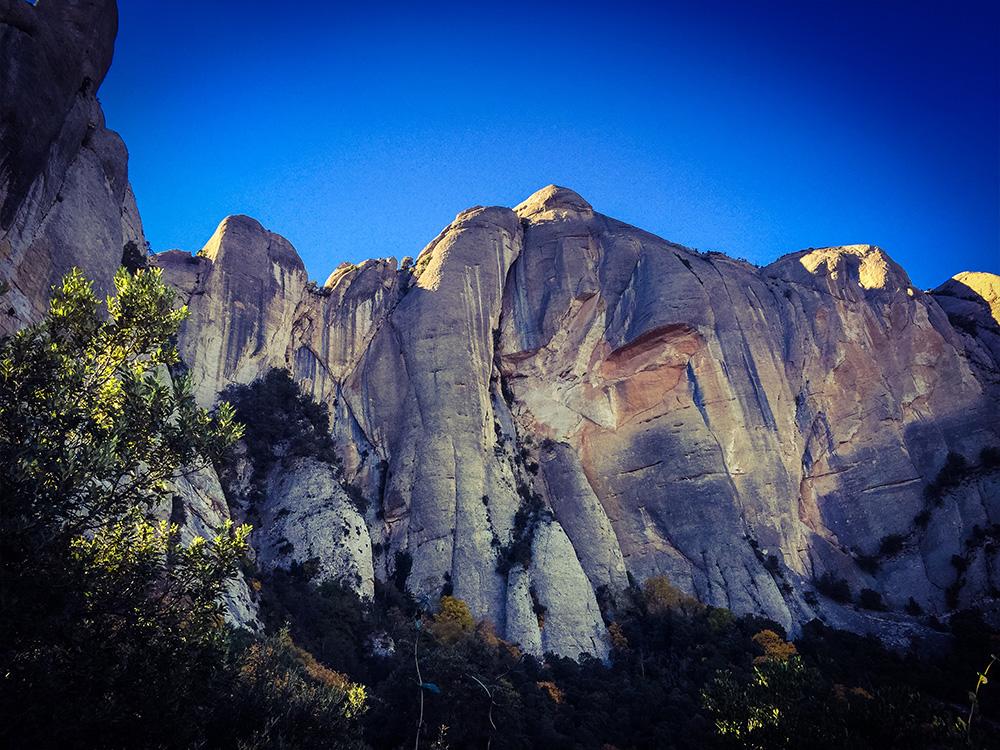Det är omöjligt att se på bilden men mitt på den lodräta väggen jobbar sig två klättrare sakta uppåt.