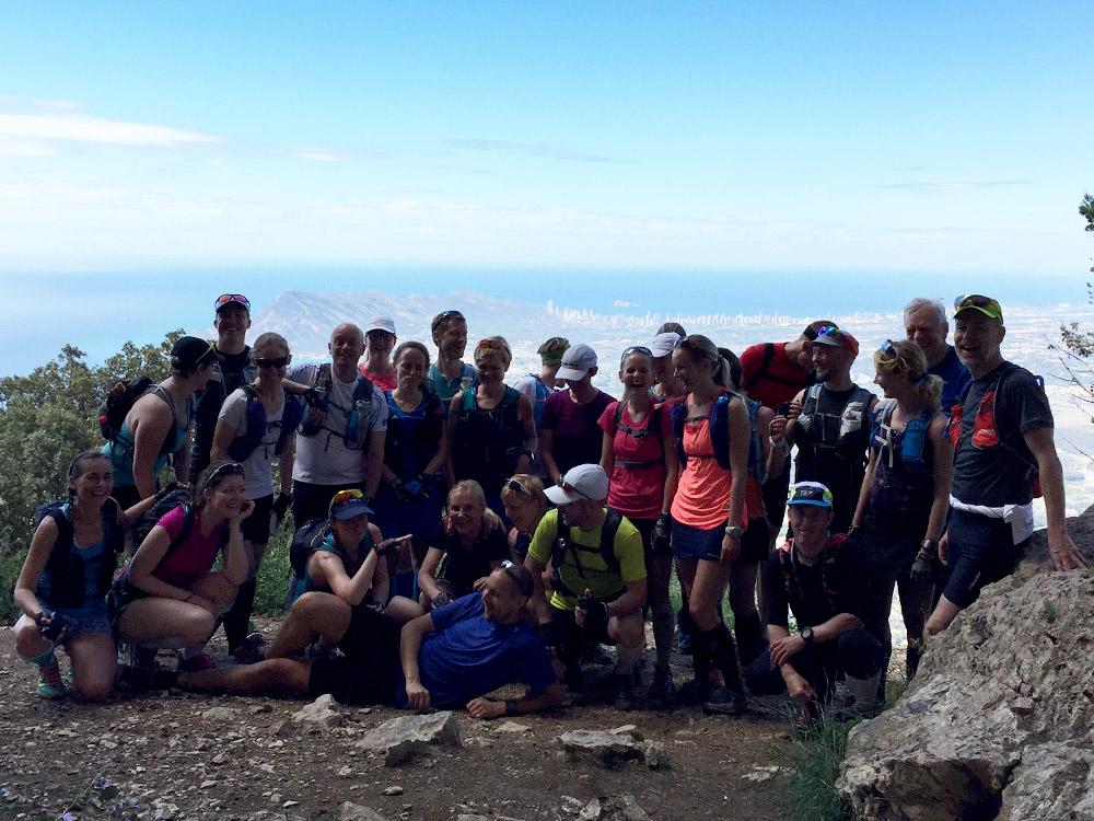 Vi sprang tillsammans den första biten upp till W-formationen, kröp igenom en grotta i berget och kom ut på andra sidan! Nu var det dags att dela upp oss i mindre grupper och på allvar börja dagens äventyr.