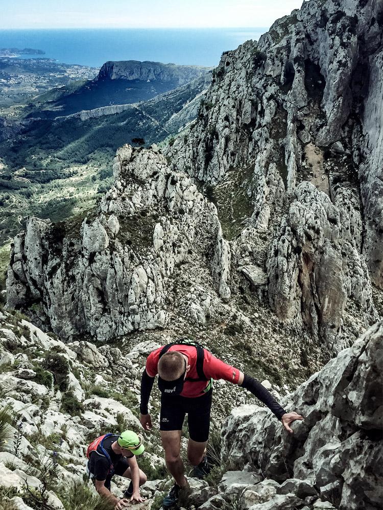 Gösta och Ingemar klättrar uppför Bernia Ridge