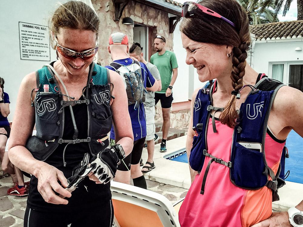 Packa, packa... Nu börjar vi bli lite vana med vad vi behöver ha med oss på en ultralång dag! Carina och Jenny i nya Adventure Vesta, respektive Ultra Vesta från  Ultimate Direction .