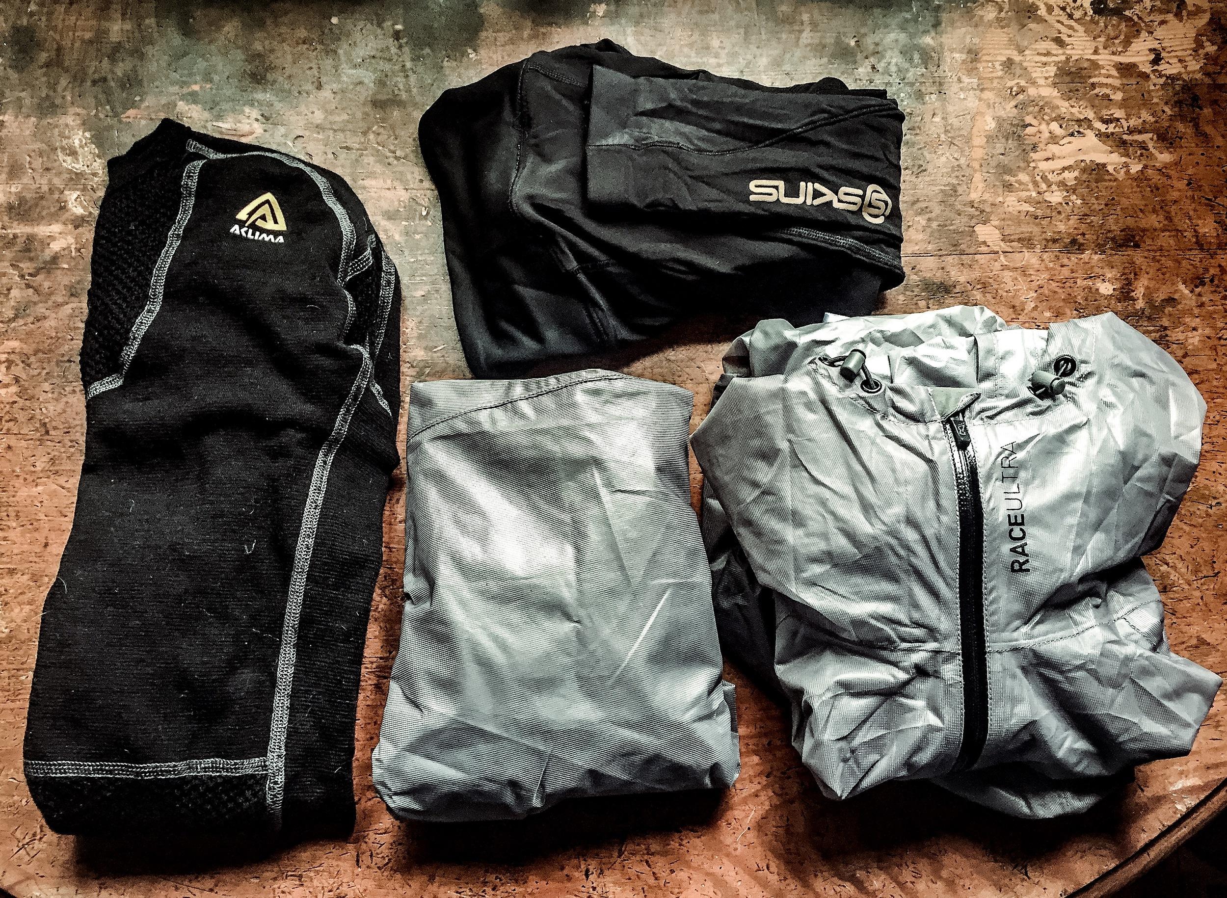 Varm långärmad underställströja från Aclima, långa tights från Skins, vattentäta överdragsbyxor och vattentät jacka med huva från Inov-8. Allt komprimeras och förpackas i plastpåsar i ryggsäcken.