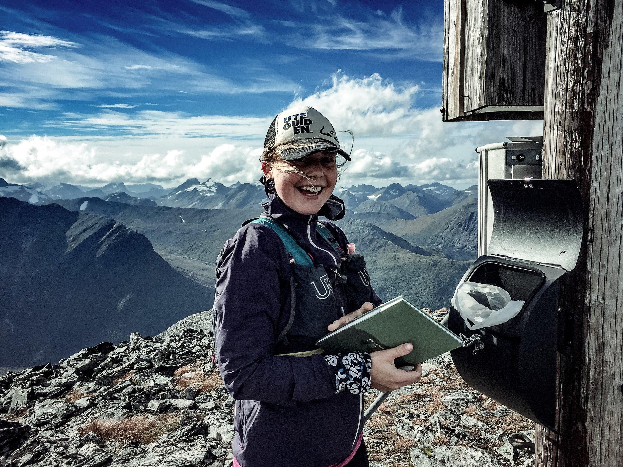 På toppen får man skriva i boken! Samantha hade varit här 5 gånger — imponerande!