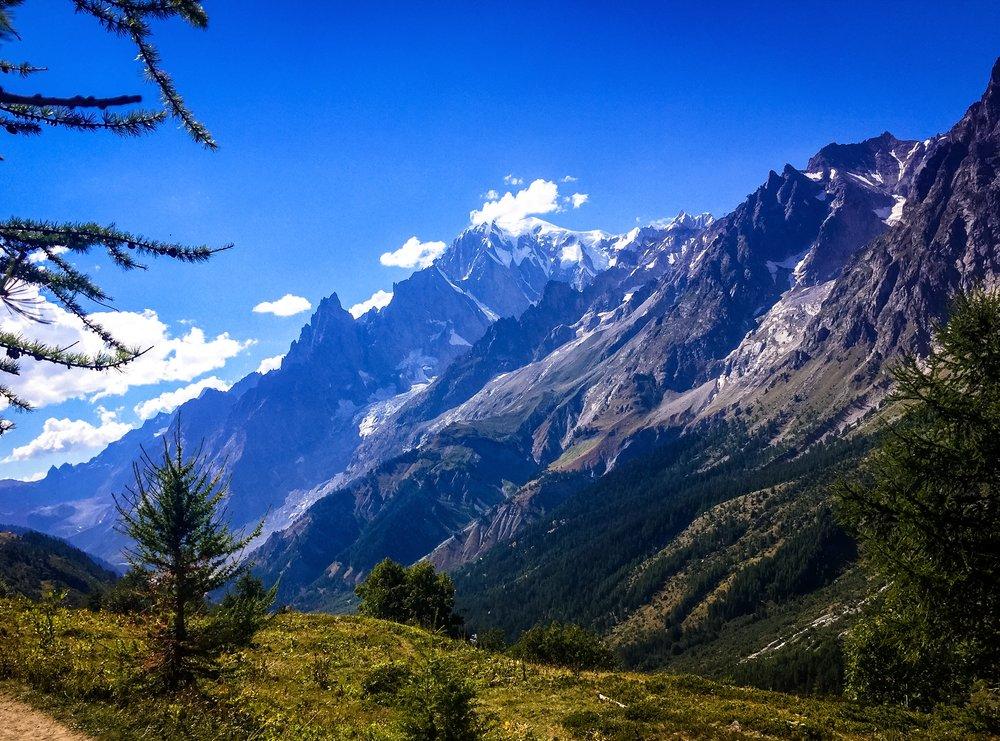 Mäktiga berg på UTMB (Ultra Trail du Mont-Blanc)
