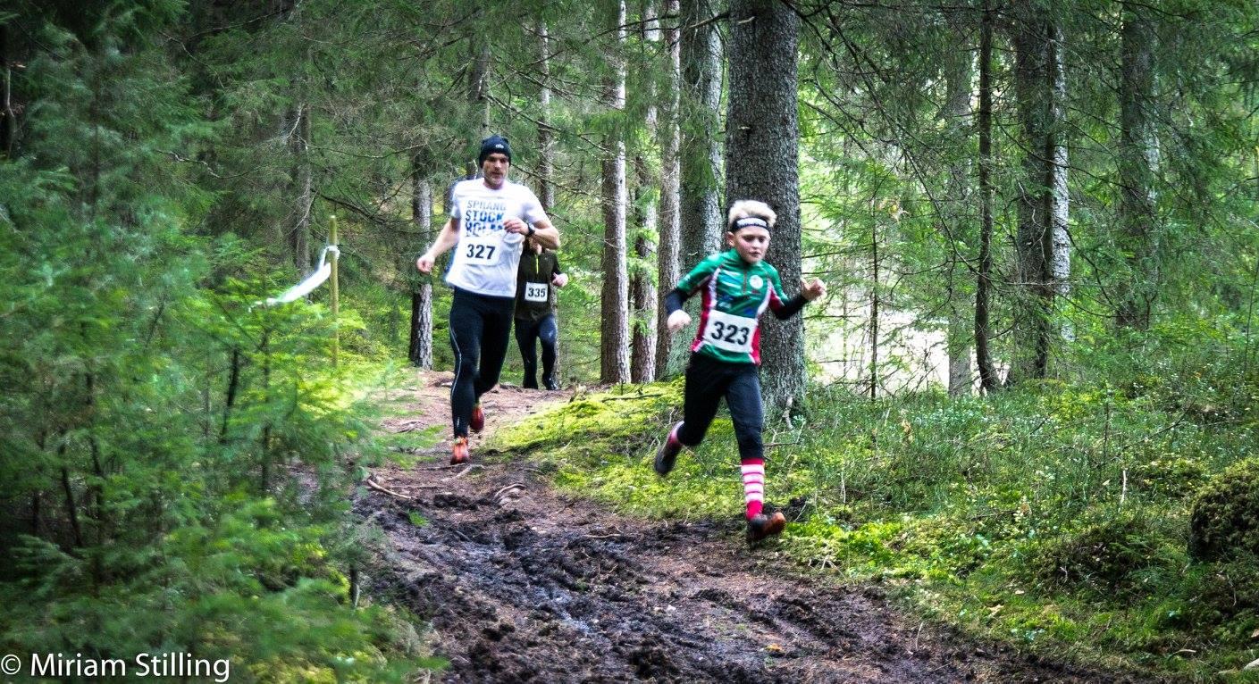 Håll koll på namnet Victor Hörnquist! Den här 12-åringen kom på 11:e plats och sprang SJUKT fort (han slog Johnny med hästlängder till exempel)! Både mamma Maria och pappa Niclas deltog i loppet och kom på 6:e respektive 5:e plats, så Victor har såklart lite att brås på...Foto Miriam Stilling.