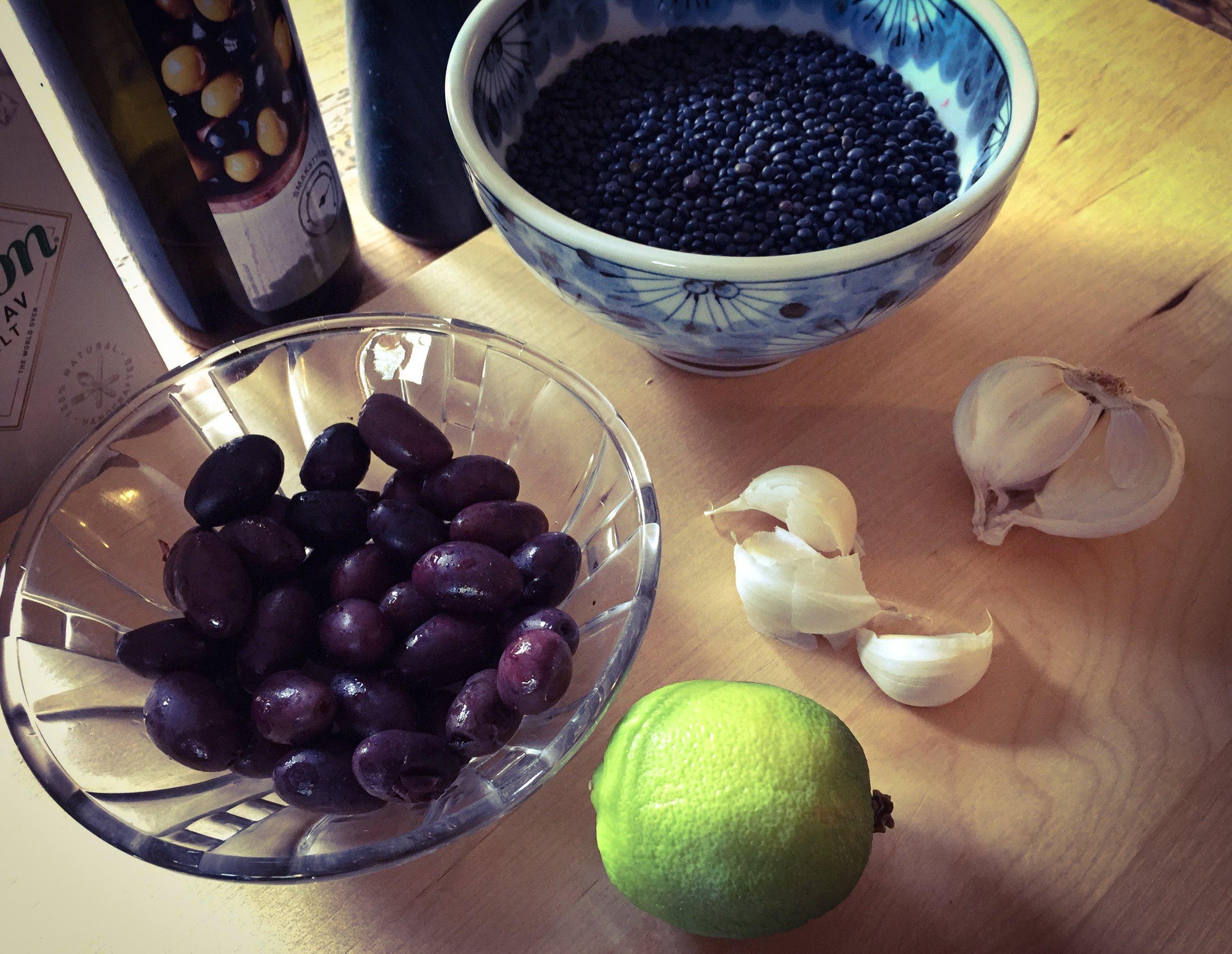 Belugalinser, kalamataoliver och olivolja är basen i en god linstapenade