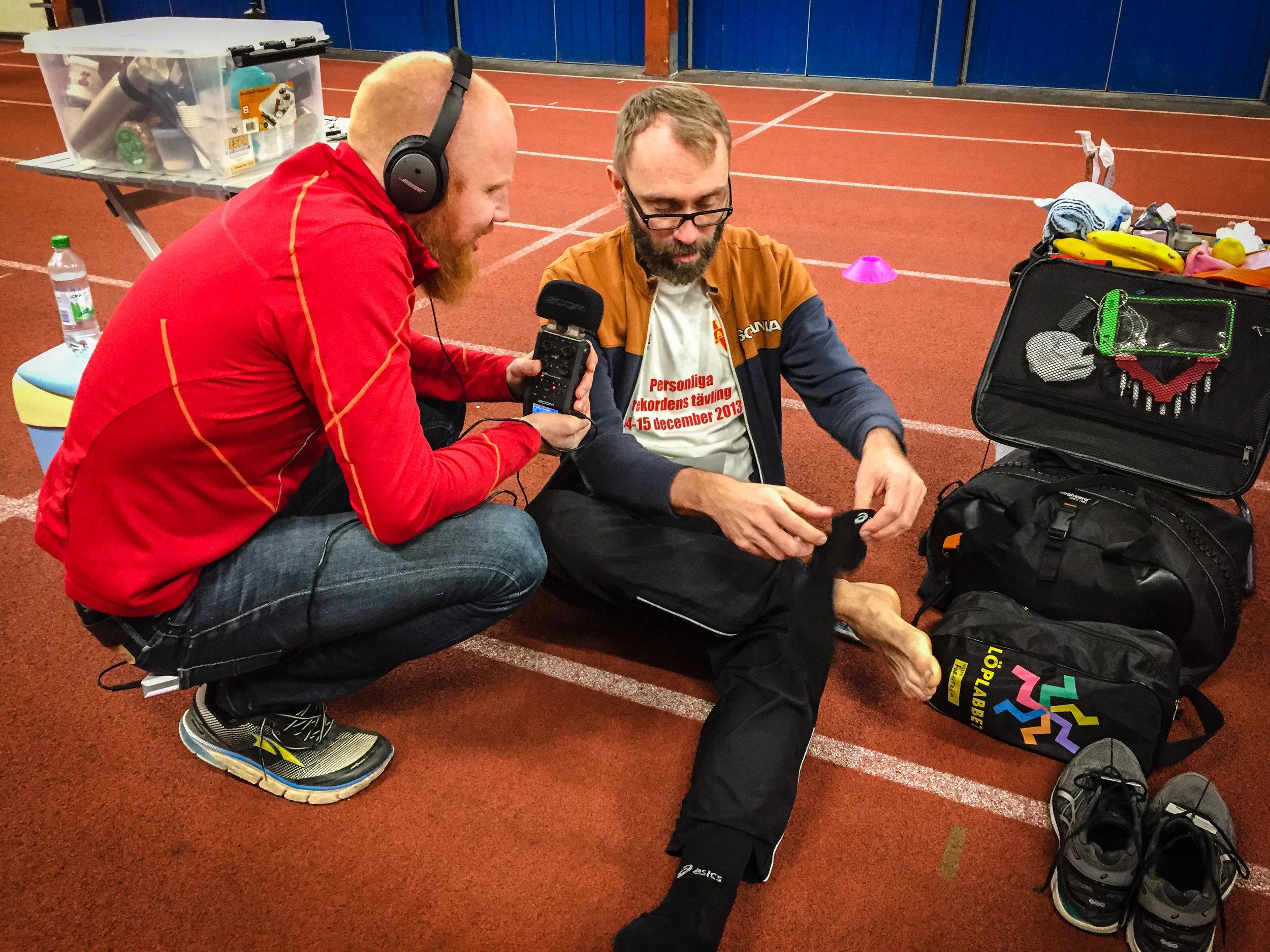 Johnny började genast intervjua löparna, här Fredrik Forsström om hur han tar hand om fötterna innan en sån här utmaning.