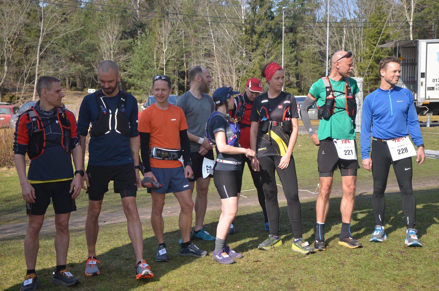 9 tappra löpare ställde upp på 200-miles. Från vänster: Martin Scharp, Mikael Hedman, Anders Hellner, Anders Brohäll, jag, Alexander (Acke) Scott,Øyunn Bygstad, Anders Norén och Joakim Ahlin. Av dessa gick bara Martin Scharp och Anders Norén i mål, men Øyunn, Acke och jag kämpade hela loppet ut trots att vi inte skulle klara distansen! Foto David Sundvall