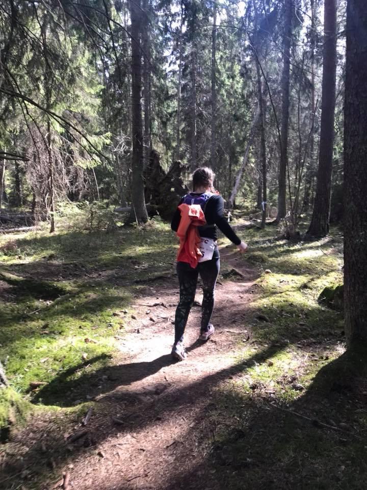 Joggar i skogen på sista varvet