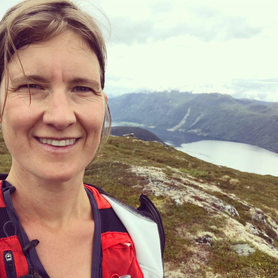 Louise Olow på en topp i Norge inför Stranda Trail Fjord Race