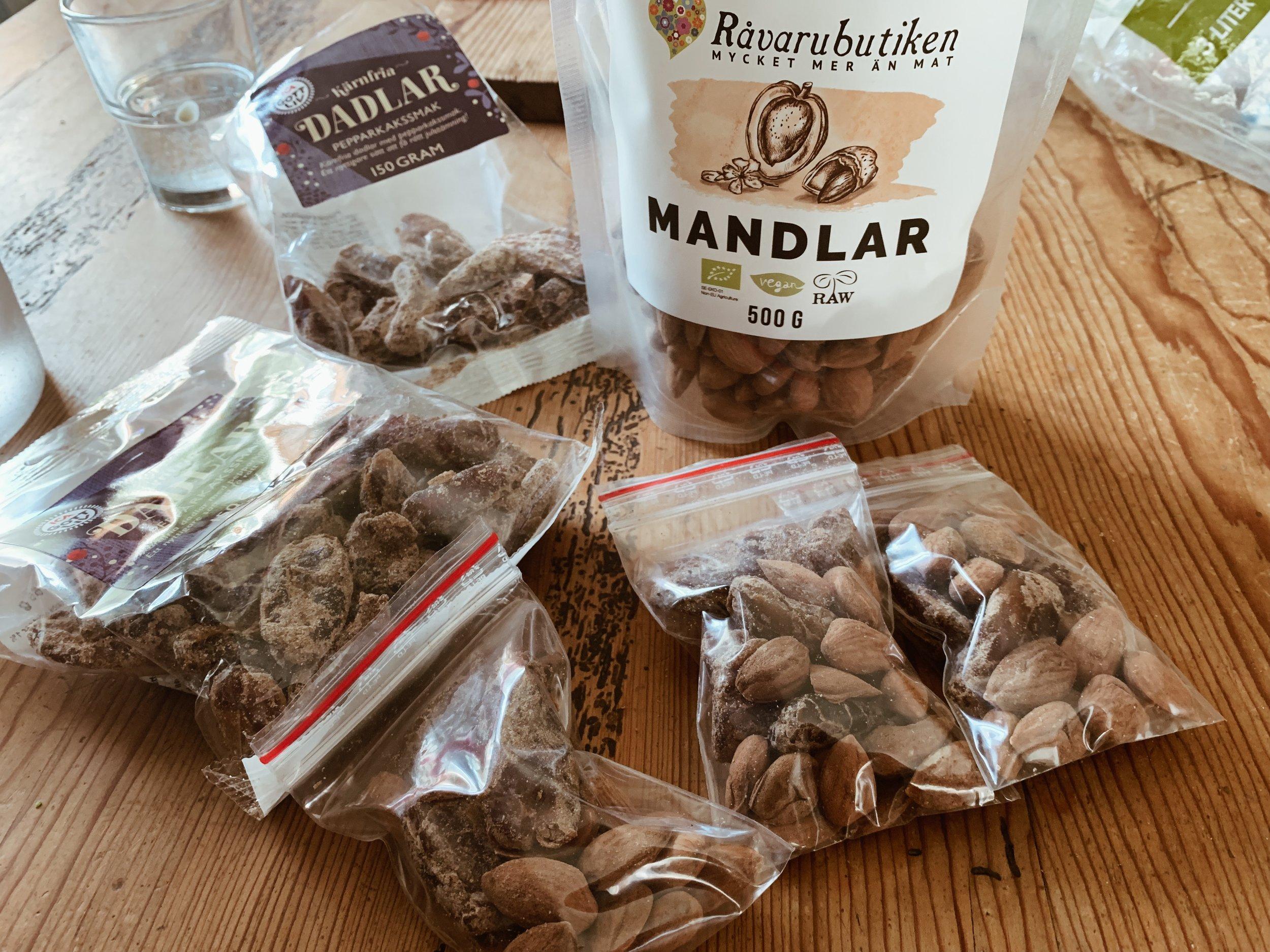 Det är smart att portionsförpacka exempelvis nötter och dadlar i små zip-påsar (finns tex. på Kjell & Company).
