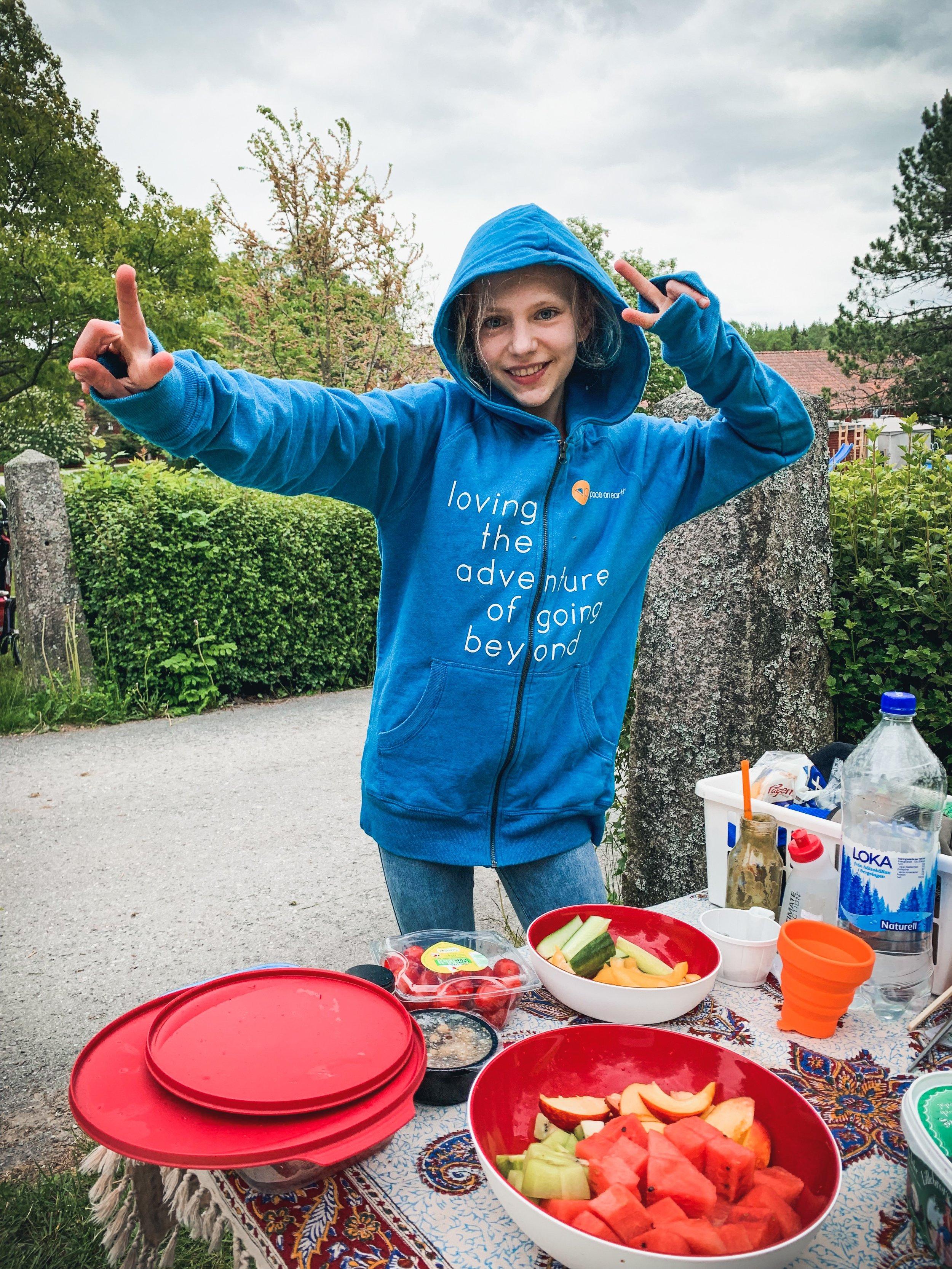 Frukt är ändå guds gåva till ultralöparen!  Och vill du bli lika snygg som supporten så finns  den fina blå hoodien  att köpa i vår shop!