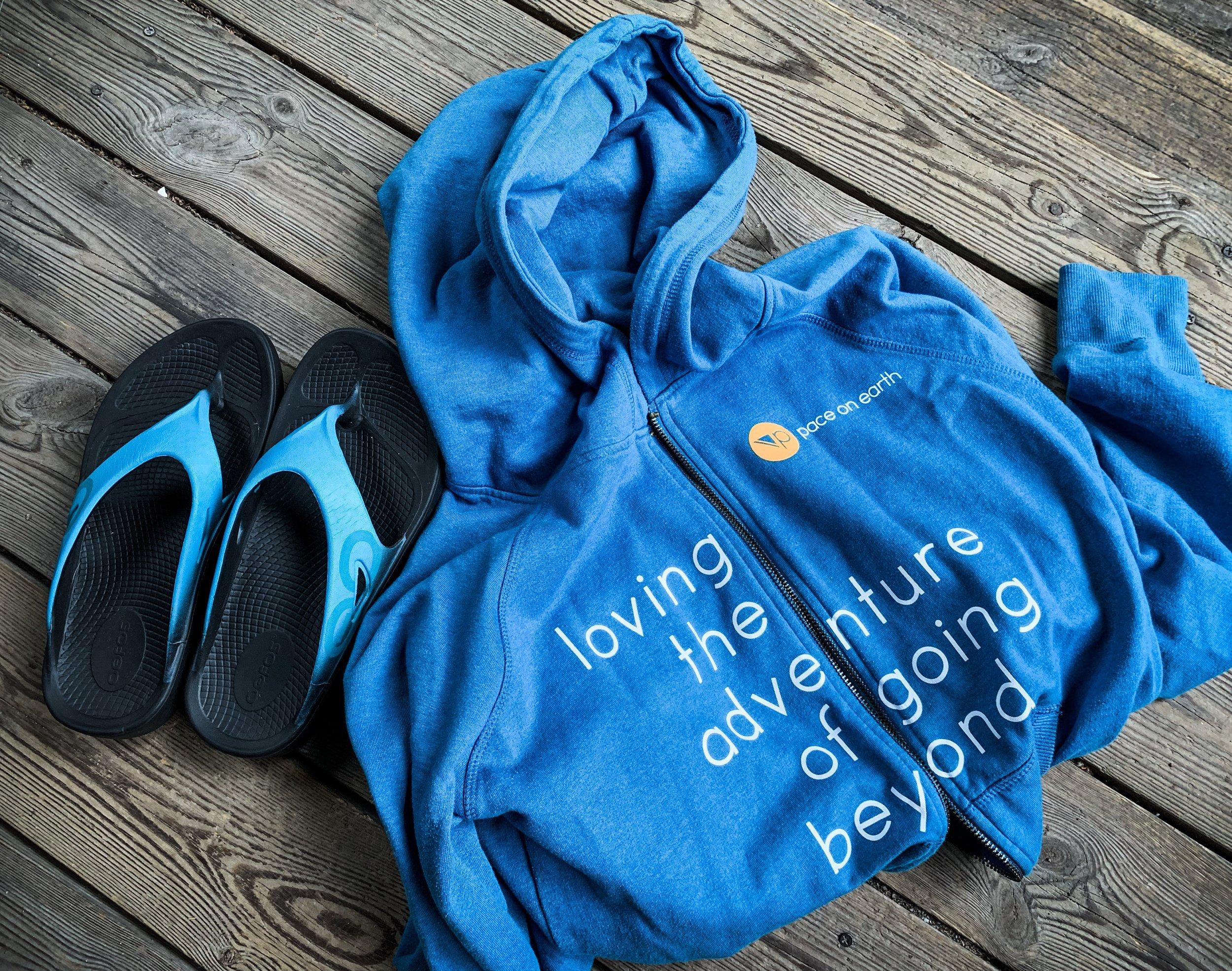Oofos  Recovery-sandaler och  vår superhärliga hoodie  - det här är det jag tänker krypa in i efter loppet!