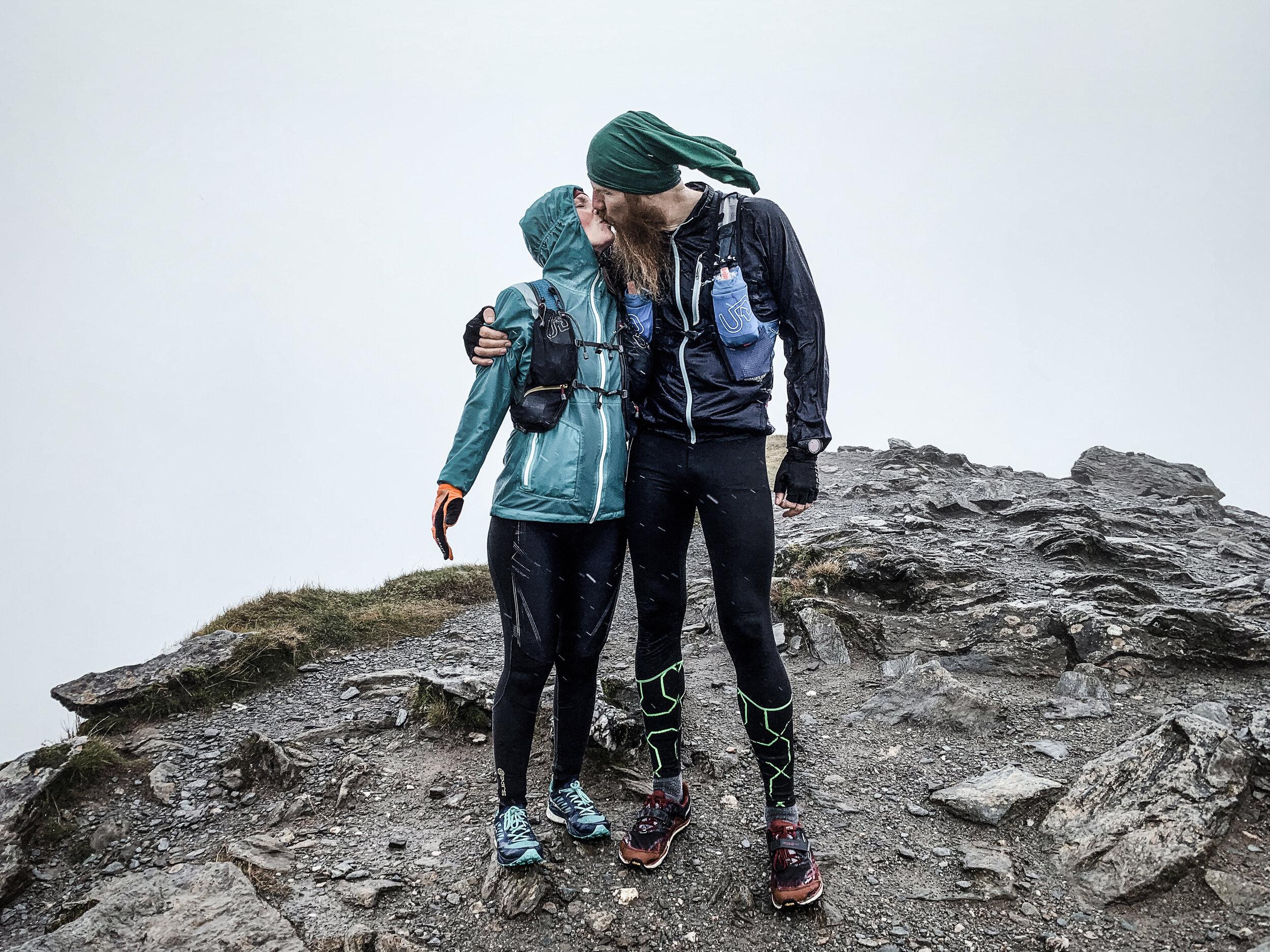 På vägen ner försökte Ellen och Johnny ta ett utförssegment de hade hittat på Strava. Men det visade sig vara riktigt svårt — det var alldeles för löpbart (och då finns det löpare som är mycket, mycket snabbare!).
